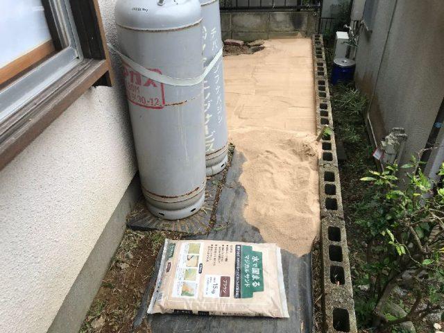 雑草対策、固まる砂